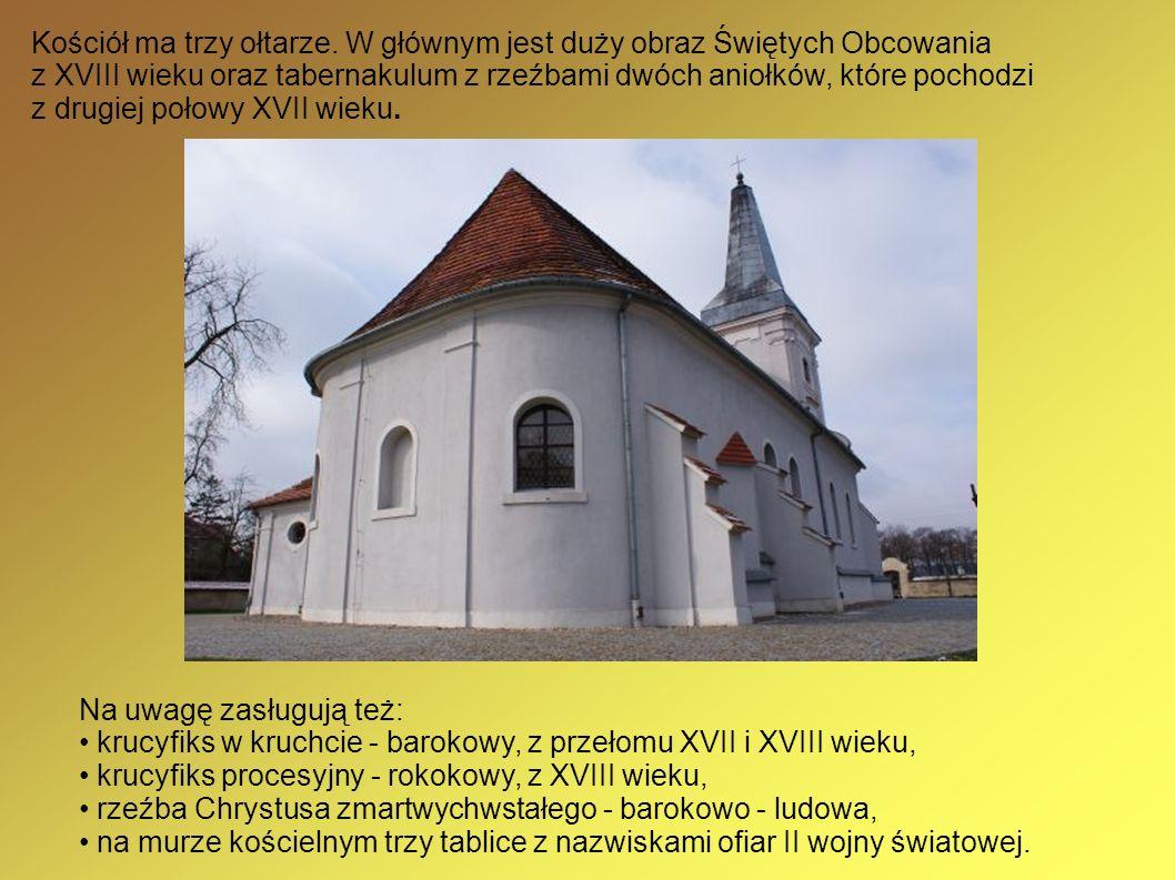 Kościół ma trzy ołtarze. W głównym jest duży obraz Świętych Obcowania z XVIII wieku oraz tabernakulum z rzeźbami dwóch aniołków, które pochodzi z drug