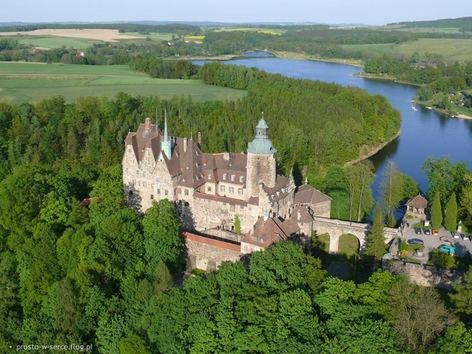 Leśna zamek Czocha Na wysokim skalistym cyplu otoczonym wodami Jeziora Leśniańskiego znajduje się zamek książęcy. Pierwsza wzmianka o zamku pochodzi z