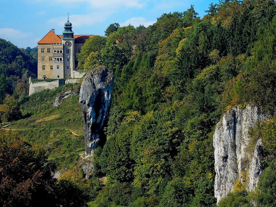 Sułoszowa - Pieskowa Skała W północnej części Ojcowskiego Parku Narodowego, na wysokim cyplu skalnym górującym nad Doliną Prądnika wznosi się wspaniał