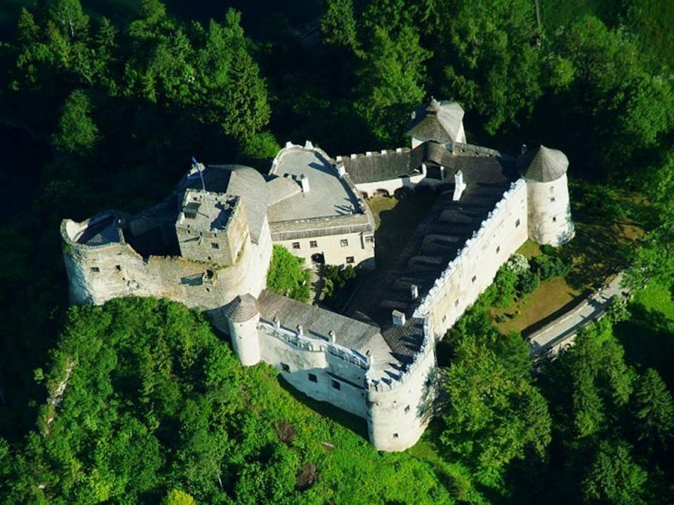 Wietrzną nocą na dziedzińcu zamku pojawia się nadnaturalnych rozmiarów postać w powłóczystych białych szatach. To Niedzicka Biała Dama. Według legendy