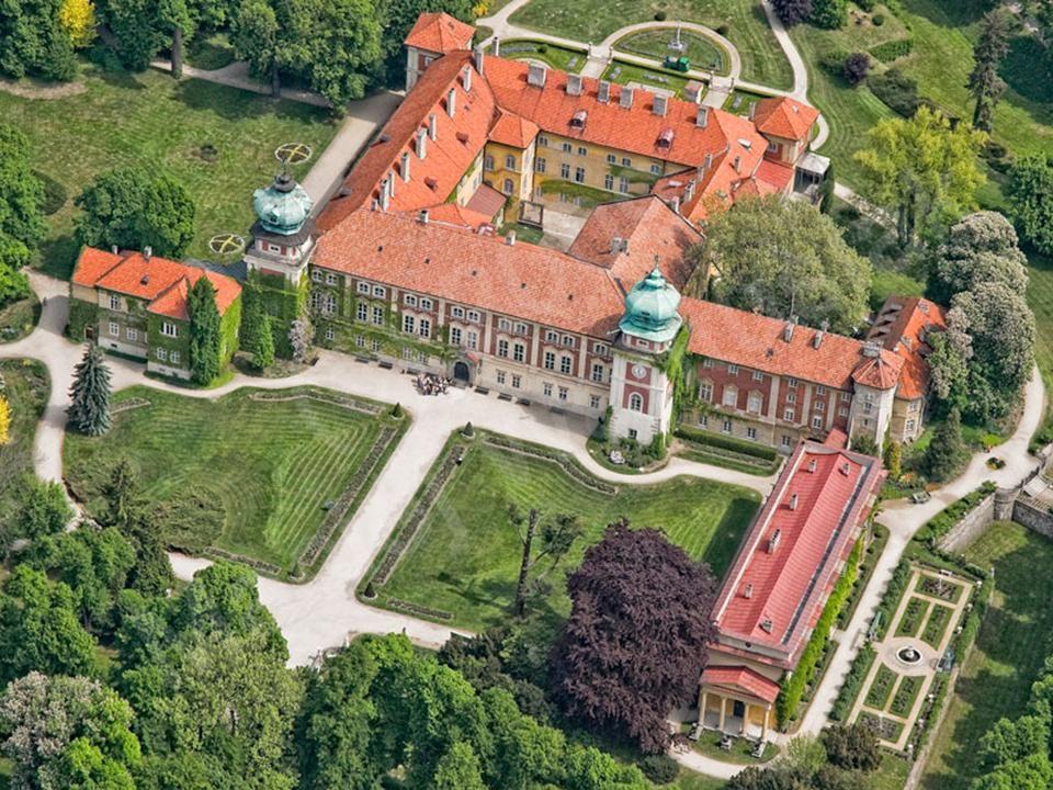 Łańcut W centrum pięknego parku krajobrazowego znajduje się wspaniały zamek bastionowy. Pierwotna rezydencja w postaci wieży obronnej zbudowana został