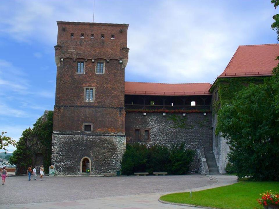 Wietrzną nocą na dziedzińcu zamku pojawia się nadnaturalnych rozmiarów postać w powłóczystych białych szatach.