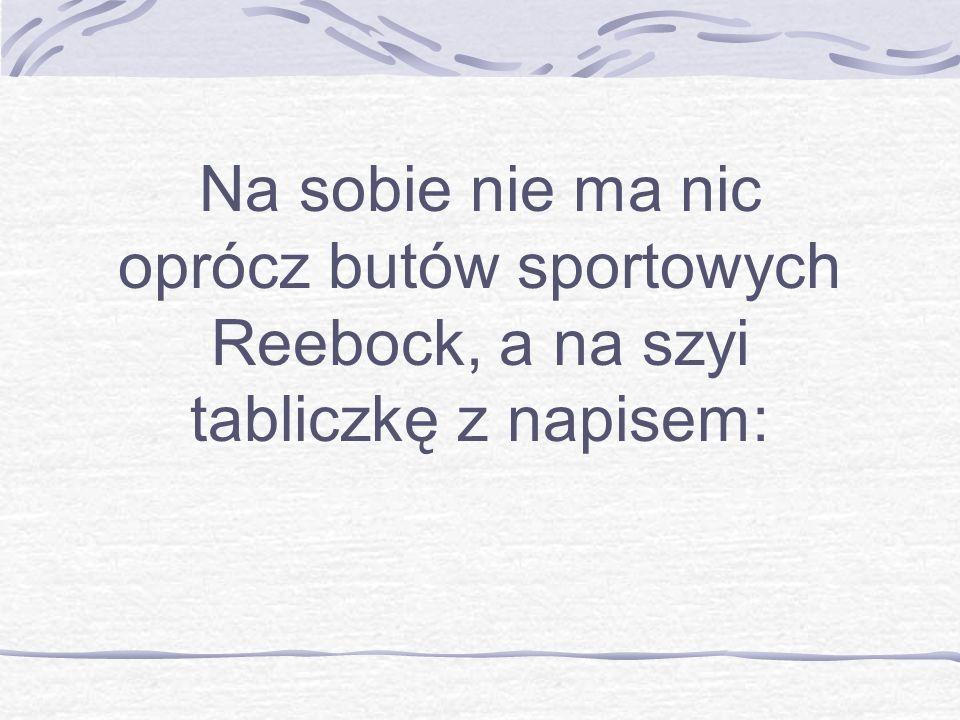 Na sobie nie ma nic oprócz butów sportowych Reebock, a na szyi tabliczkę z napisem: