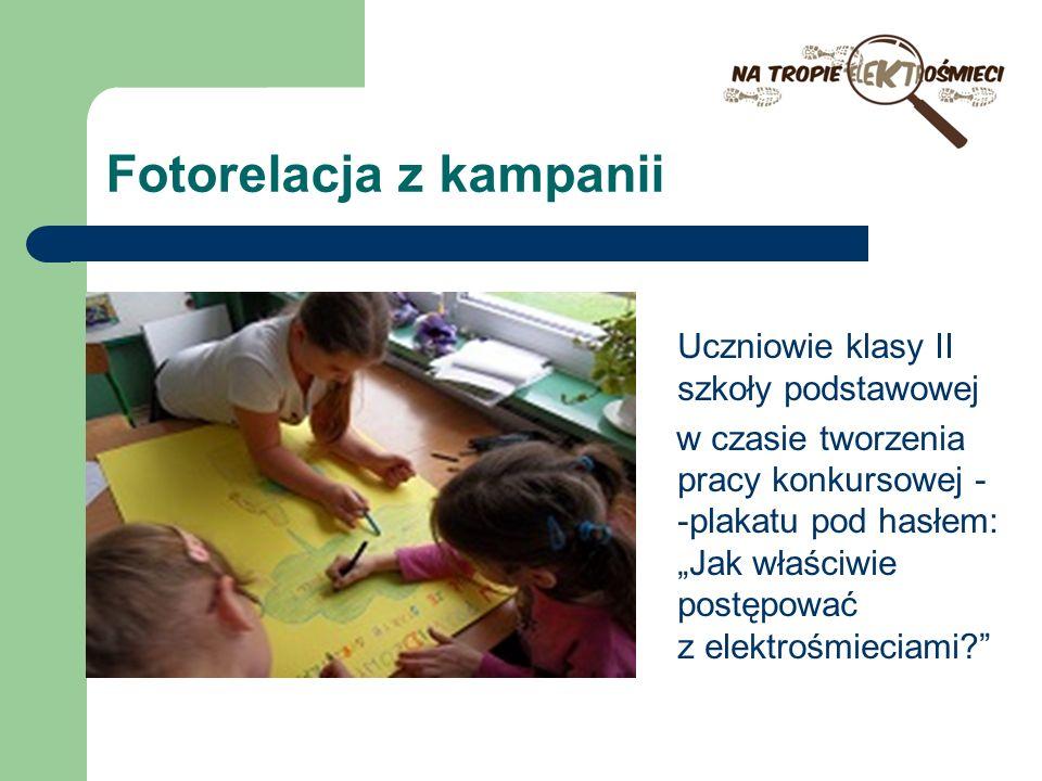 Fotorelacja z kampanii Uczniowie klasy II szkoły podstawowej w czasie tworzenia pracy konkursowej - -plakatu pod hasłem: Jak właściwie postępować z el