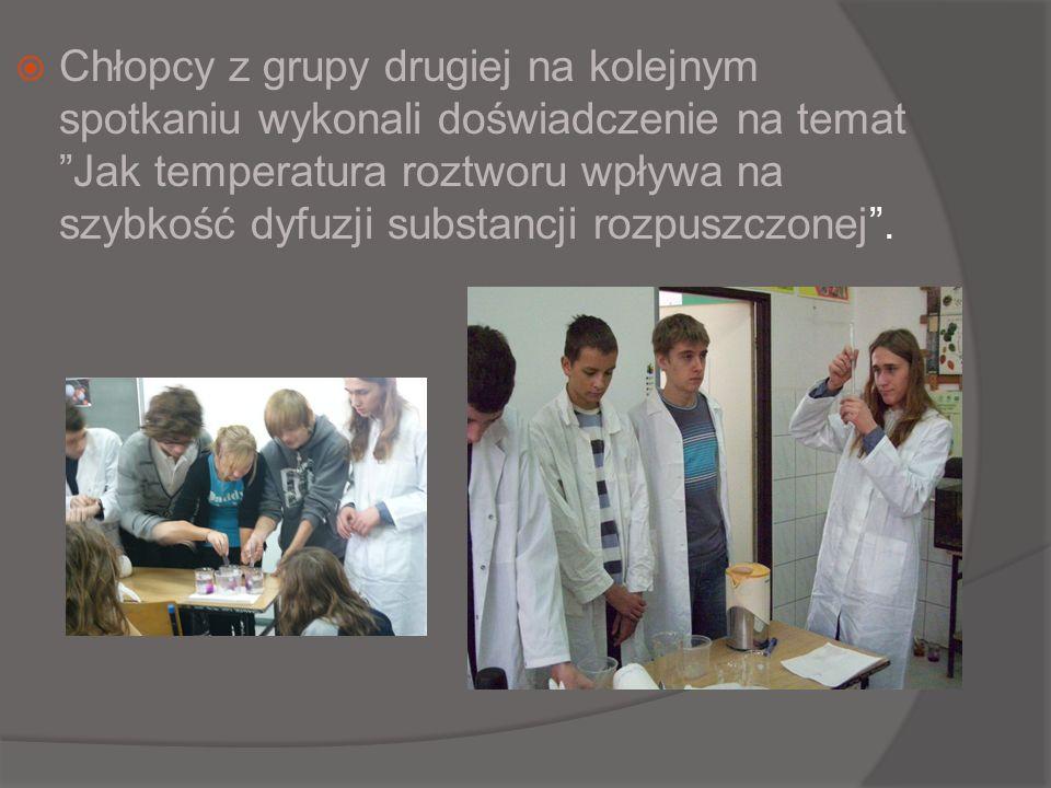 Chłopcy z grupy drugiej na kolejnym spotkaniu wykonali doświadczenie na temat Jak temperatura roztworu wpływa na szybkość dyfuzji substancji rozpuszcz