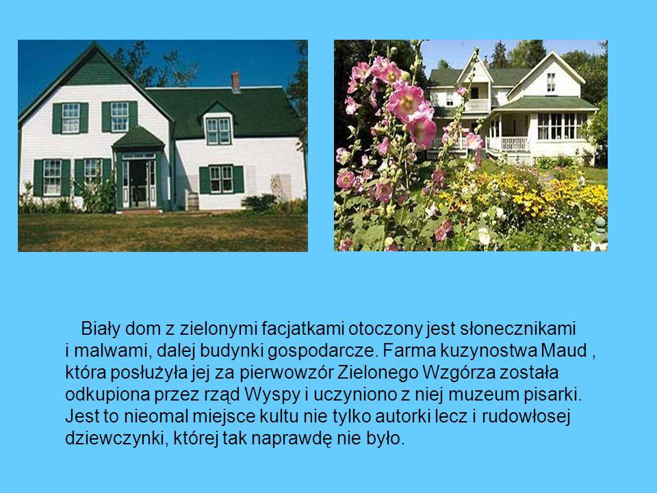 Biały dom z zielonymi facjatkami otoczony jest słonecznikami i malwami, dalej budynki gospodarcze. Farma kuzynostwa Maud, która posłużyła jej za pierw