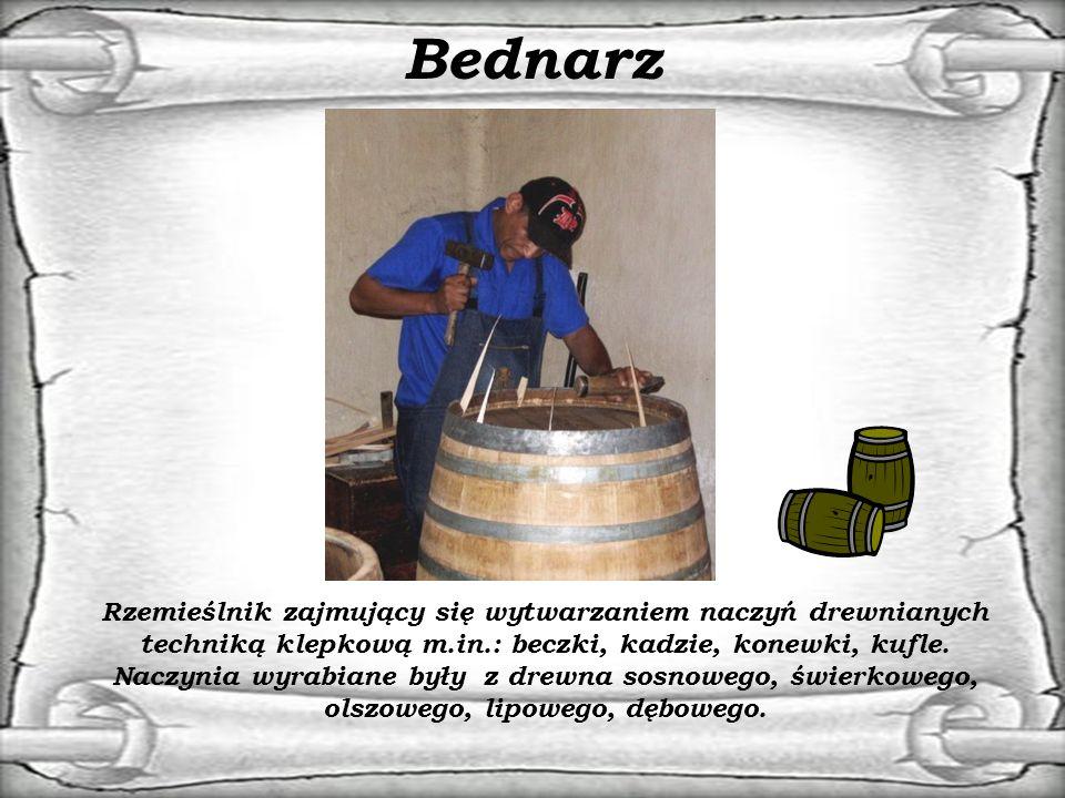 Bednarz Rzemieślnik zajmujący się wytwarzaniem naczyń drewnianych techniką klepkową m.in.: beczki, kadzie, konewki, kufle.
