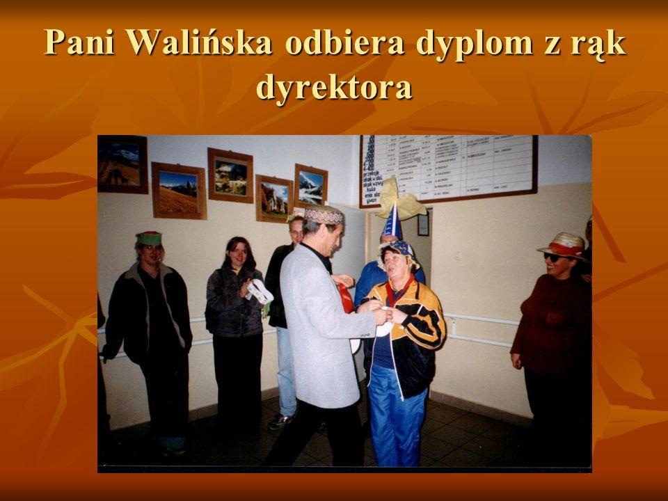 Pani Walińska odbiera dyplom z rąk dyrektora