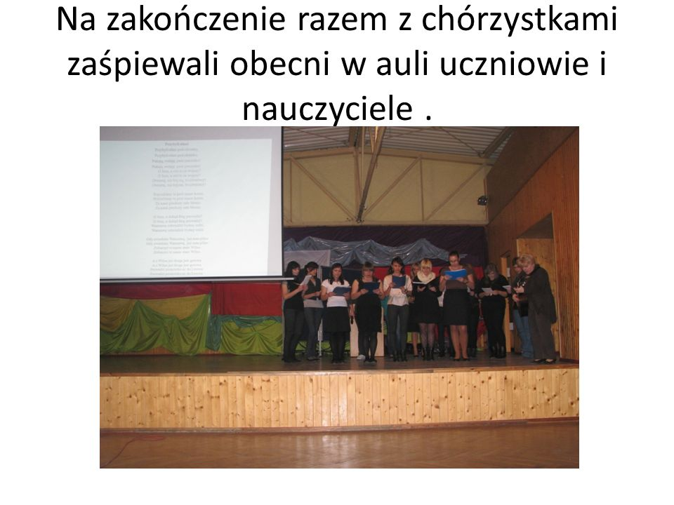 Na zakończenie razem z chórzystkami zaśpiewali obecni w auli uczniowie i nauczyciele.
