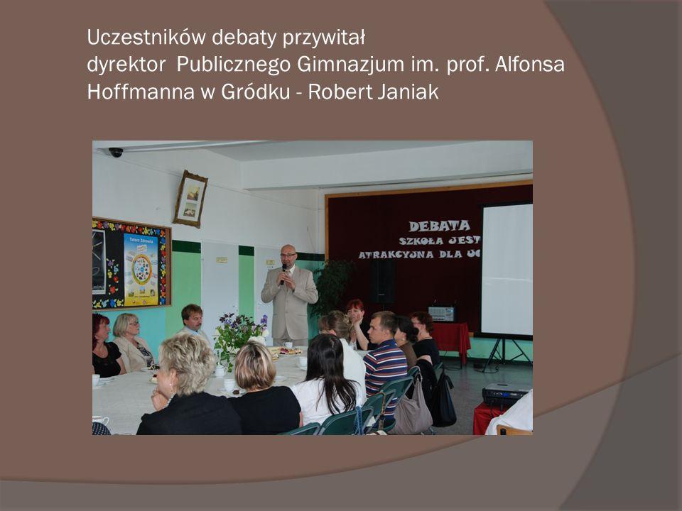 Uczestników debaty przywitał dyrektor Publicznego Gimnazjum im. prof. Alfonsa Hoffmanna w Gródku - Robert Janiak