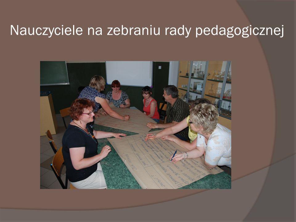 Nauczyciele na zebraniu rady pedagogicznej