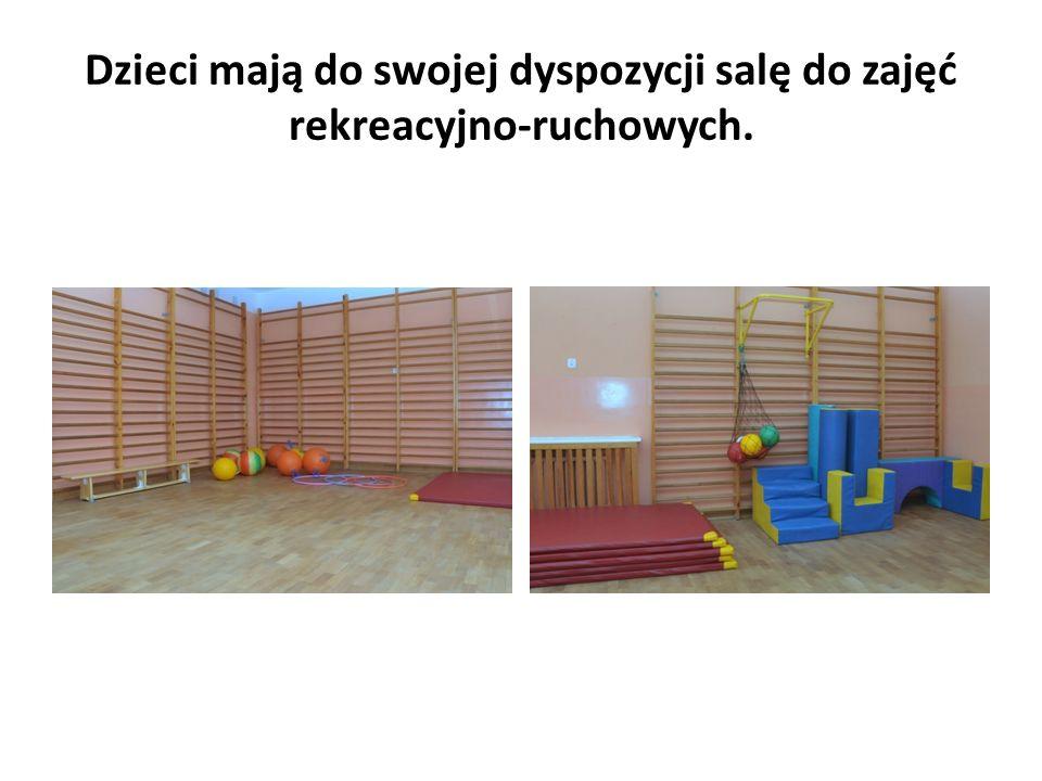 Dzieci mają do swojej dyspozycji salę do zajęć rekreacyjno-ruchowych.