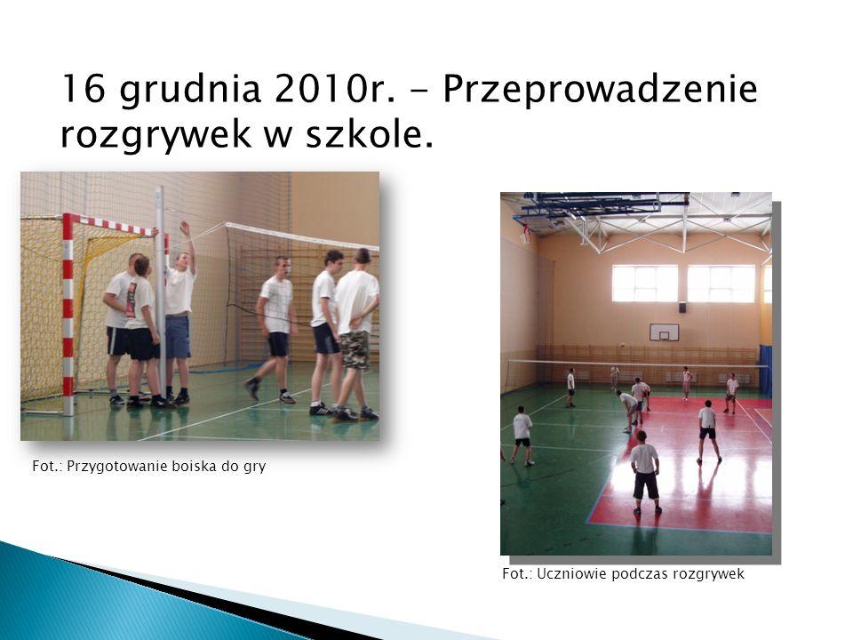 16 grudnia 2010r. - Przeprowadzenie rozgrywek w szkole. Fot.: Przygotowanie boiska do gry Fot.: Uczniowie podczas rozgrywek