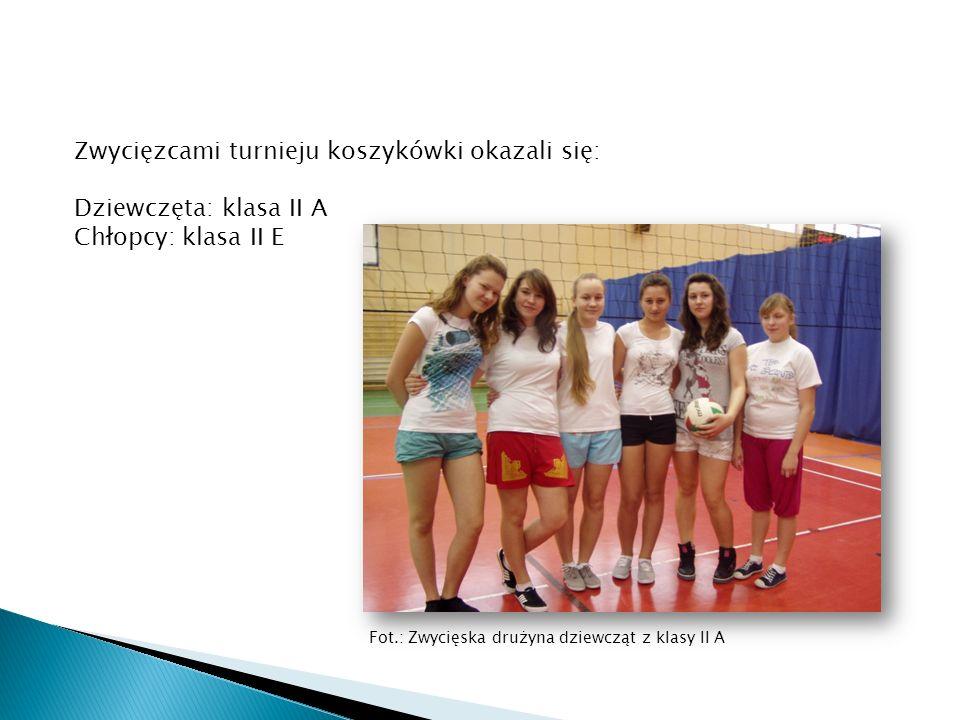 Zwycięzcami turnieju koszykówki okazali się: Dziewczęta: klasa II A Chłopcy: klasa II E Fot.: Zwycięska drużyna dziewcząt z klasy II A