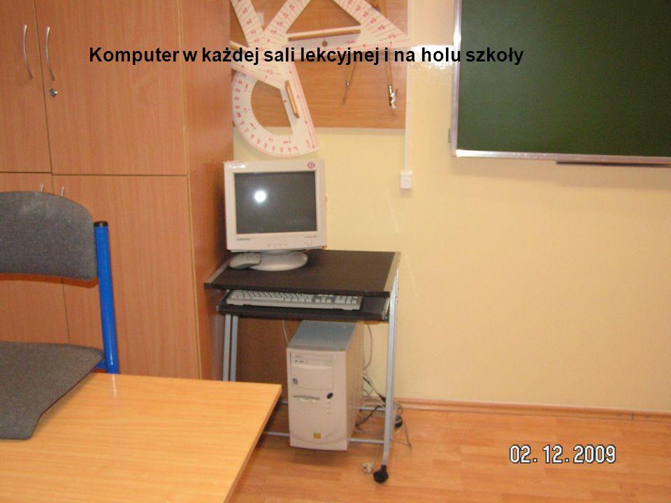 Komputer w każdej sali lekcyjnej i na holu szkoły