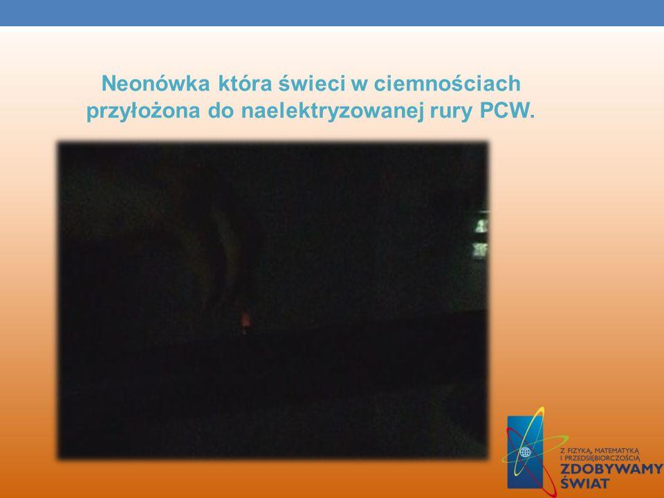 ELEKTROFOR Płytkę pocieramy, na nią kładziemy tarczę z izolacyjną rączką. Teraz dotykając neonówką tarcze widzimy że była ona naelektryzowana ujemnie.