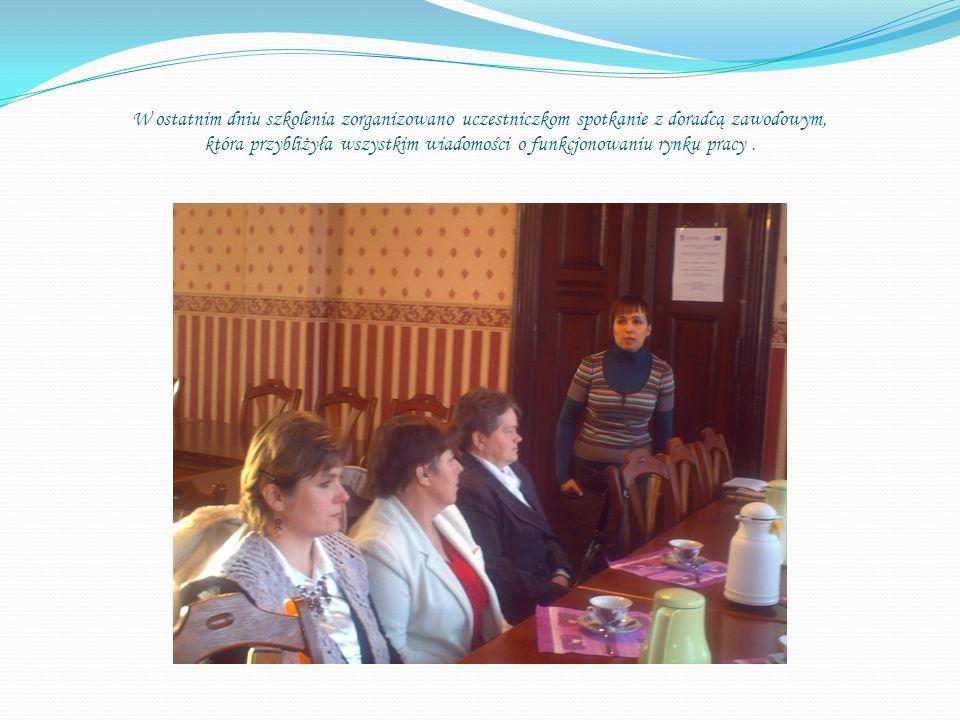 W ostatnim dniu szkolenia zorganizowano uczestniczkom spotkanie z doradcą zawodowym, która przybliżyła wszystkim wiadomości o funkcjonowaniu rynku pracy.