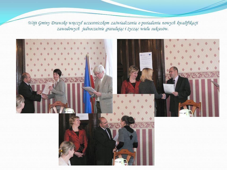 Wójt Gminy Drawsko wręczył uczestniczkom zaświadczenia o posiadaniu nowych kwalifikacji zawodowych jednocześnie gratulując i życząc wielu sukcesów.