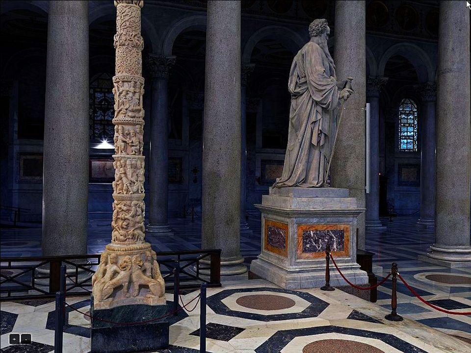 Łuk wznoszący się nad baldachimem zdobi mozaika z V wieku z postaciami Zbawiciela i patriarchów.