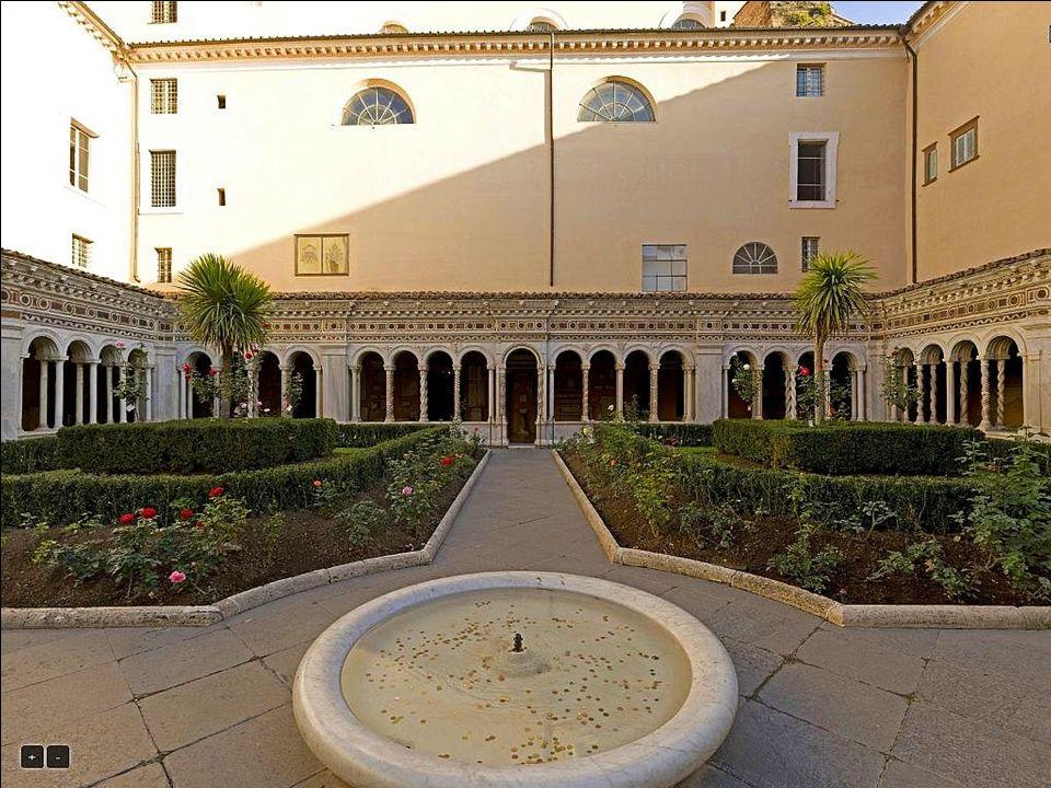 Obok kościoła znajduje się klasztor, którego dziedziniec otaczają krużganki z XIII w., dzieło kamieniarzy szkoły Cosmatich (arte cosmatesca).