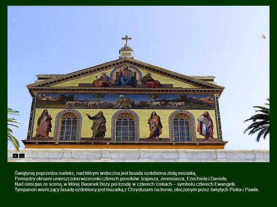 Bazylikę nadal poprzedza dziedziniec otoczony granitową kolumnadą.