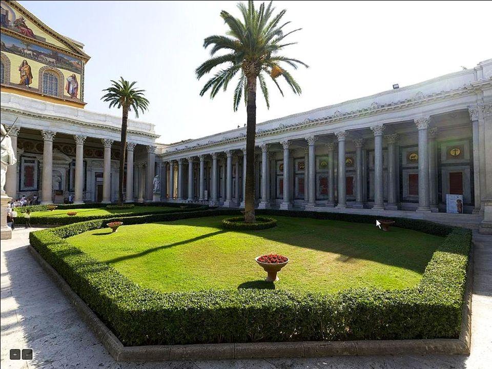 Świątynię poprzedza narteks, nad którym widoczna jest fasada ozdobiona złotą mozaiką.