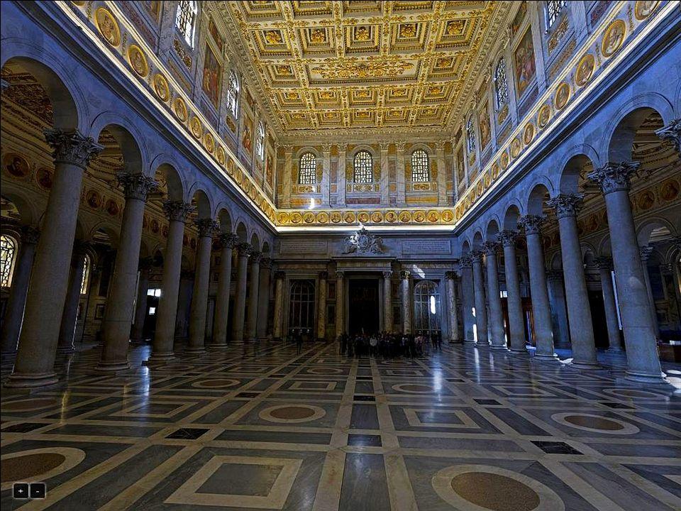 Wnętrze świątyni o wymiarach 131,0 × 65,0 m, nadal podzielone jest na 5 naw przy pomocy ustawionych w rzędach 80 kolumn.