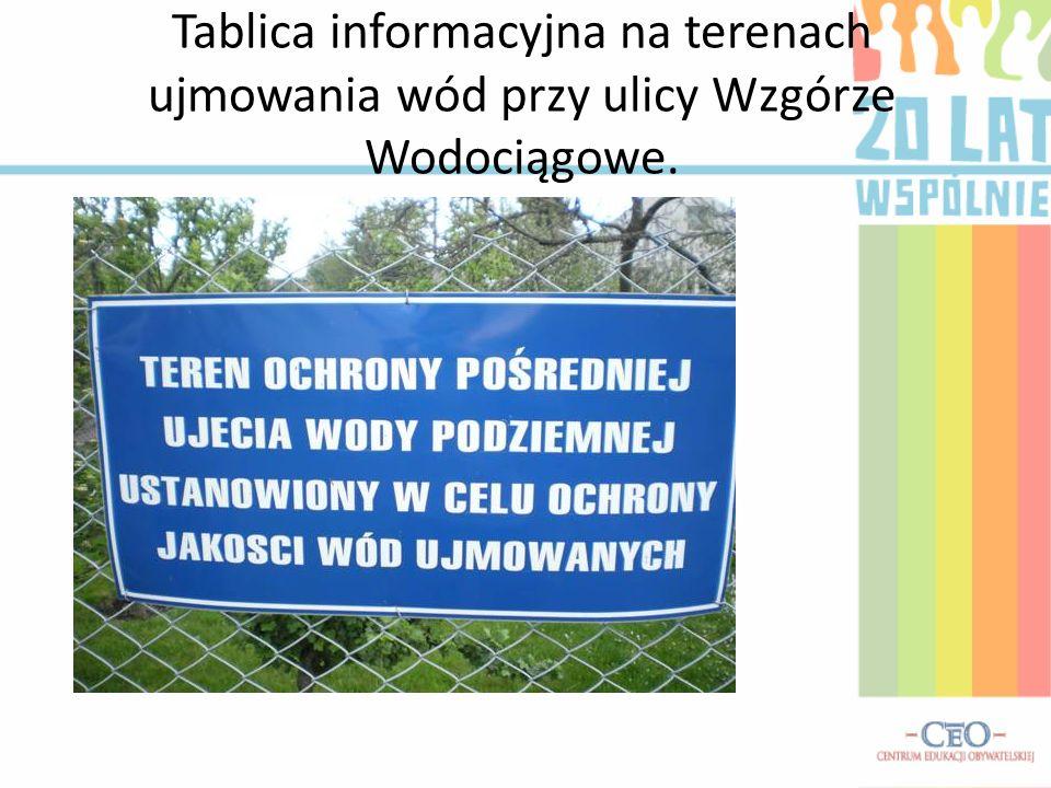 Tablica informacyjna na terenach ujmowania wód przy ulicy Wzgórze Wodociągowe.