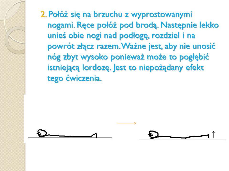 2. Połóż się na brzuchu z wyprostowanymi nogami. Ręce połóż pod brodą. Następnie lekko unieś obie nogi nad podłogę, rozdziel i na powrót złącz razem.