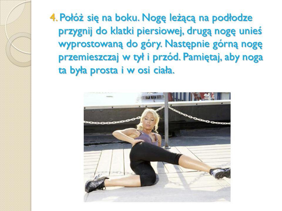 4. Połóż się na boku. Nogę leżącą na podłodze przygnij do klatki piersiowej, drugą nogę unieś wyprostowaną do góry. Następnie górną nogę przemieszczaj
