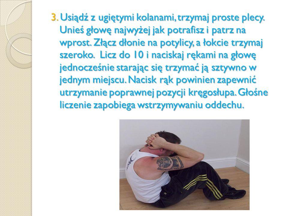 3. Usiądź z ugiętymi kolanami, trzymaj proste plecy. Unieś głowę najwyżej jak potrafisz i patrz na wprost. Złącz dłonie na potylicy, a łokcie trzymaj