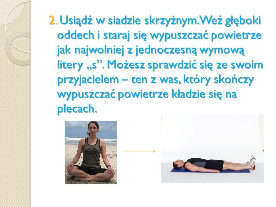 2. Usiądź w siadzie skrzyżnym. Weź głęboki oddech i staraj się wypuszczać powietrze jak najwolniej z jednoczesną wymową litery s. Możesz sprawdzić się