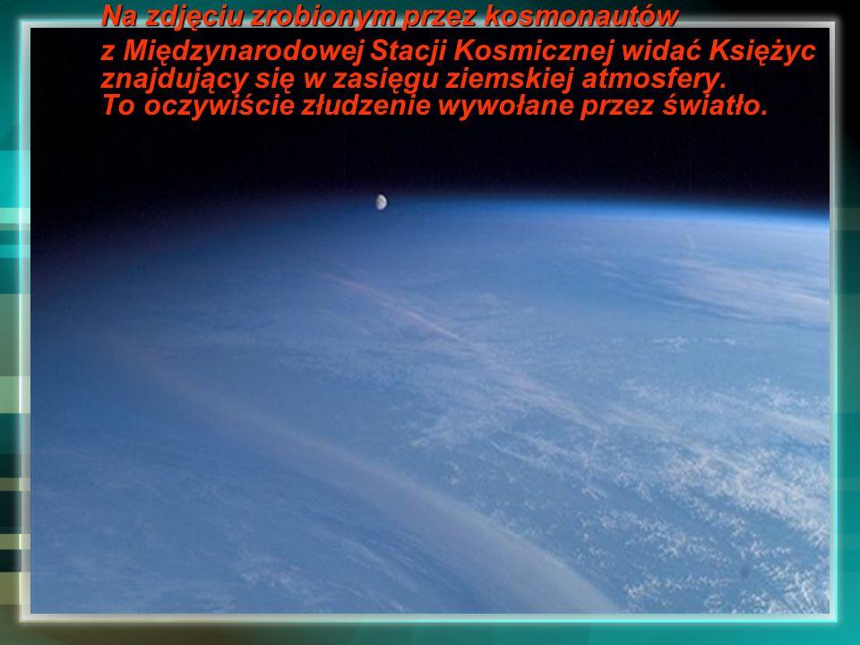 Na zdjęciu zrobionym przez kosmonautów z Międzynarodowej Stacji Kosmicznej widać Księżyc znajdujący się w zasięgu ziemskiej atmosfery. To oczywiście z
