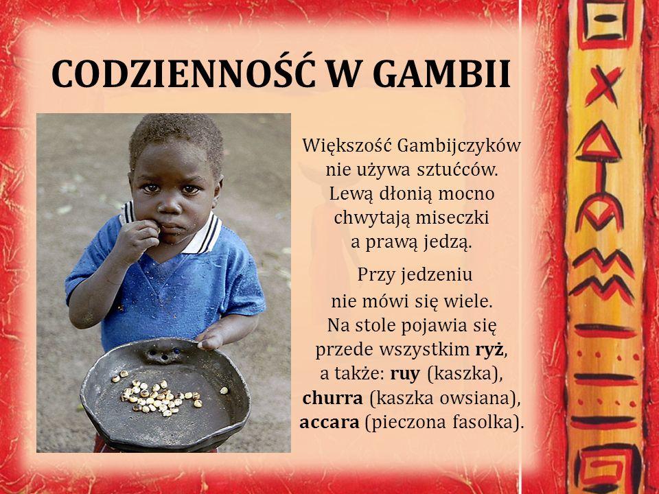 CODZIENNOŚĆ W GAMBII Większość Gambijczyków nie używa sztućców. Lewą dłonią mocno chwytają miseczki a prawą jedzą. Przy jedzeniu nie mówi się wiele. N
