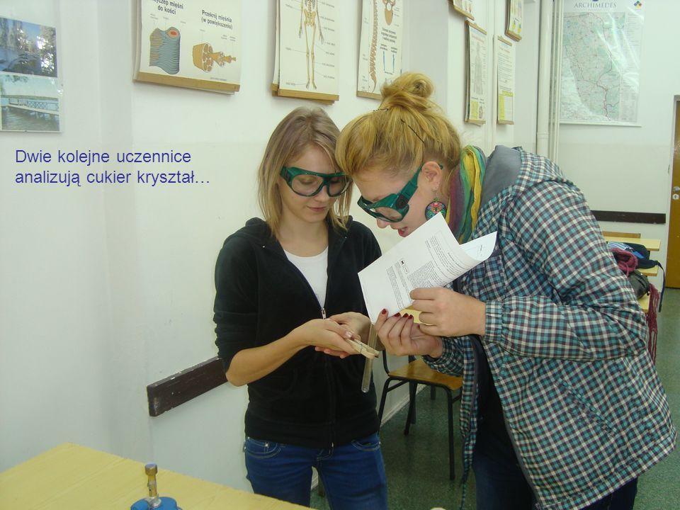 Dwie kolejne uczennice analizują cukier kryształ…