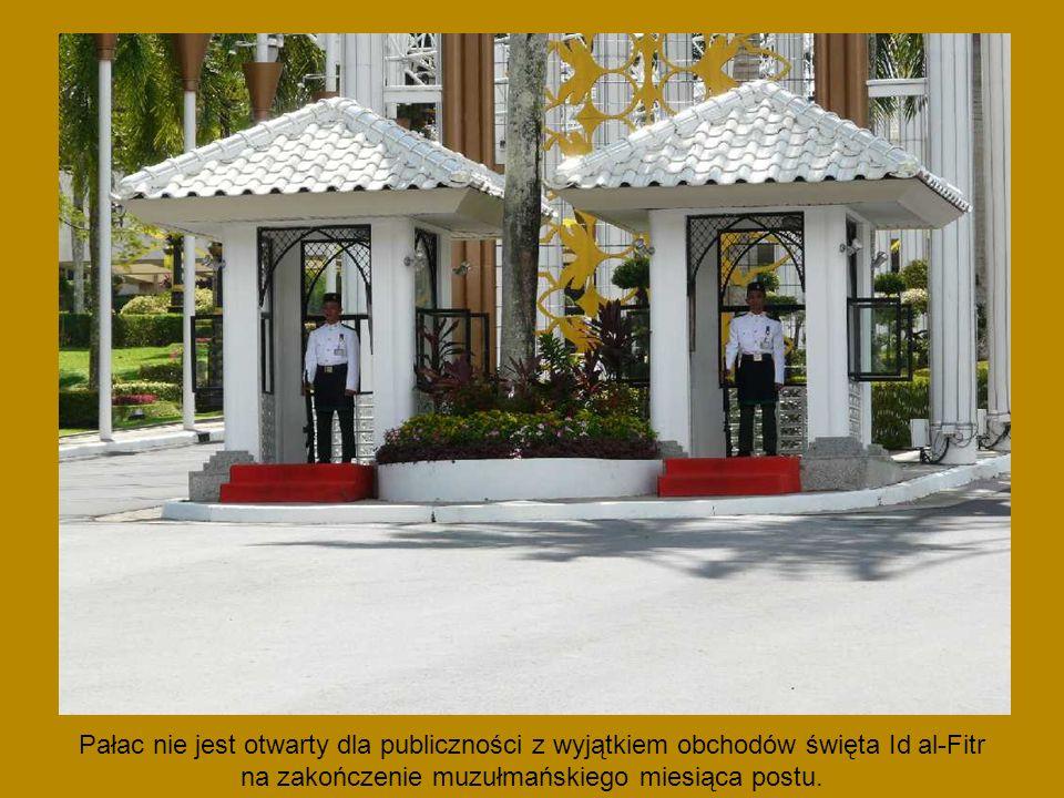 Następca tronu Brunei, syn sułtana, książę Al-Muhtadee Billah Bolkiah i jego nowo poślubiona żona, 17-letnia księżniczka Dayangku Sarah Pengiran Salleh Ab Rahaman podczas ceremonii zaślubin i wesela w Pałacu Nurul Iman.