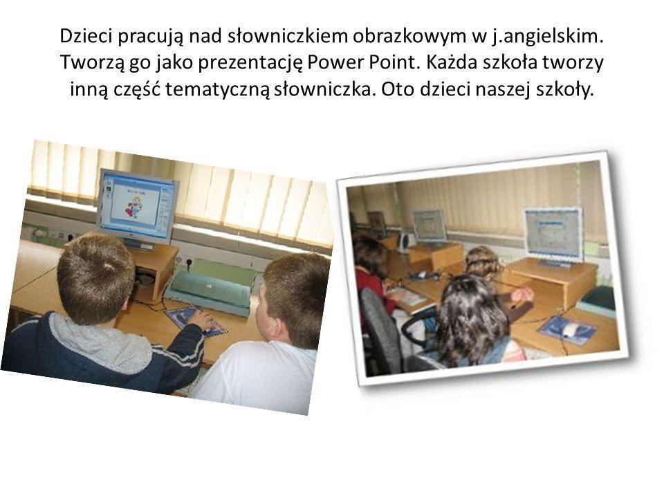 Dzieci pracują nad słowniczkiem obrazkowym w j.angielskim.