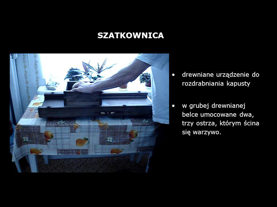 drewniane urządzenie do rozdrabniania kapusty w grubej drewnianej belce umocowane dwa, trzy ostrza, którym ścina się warzywo. SZATKOWNICA