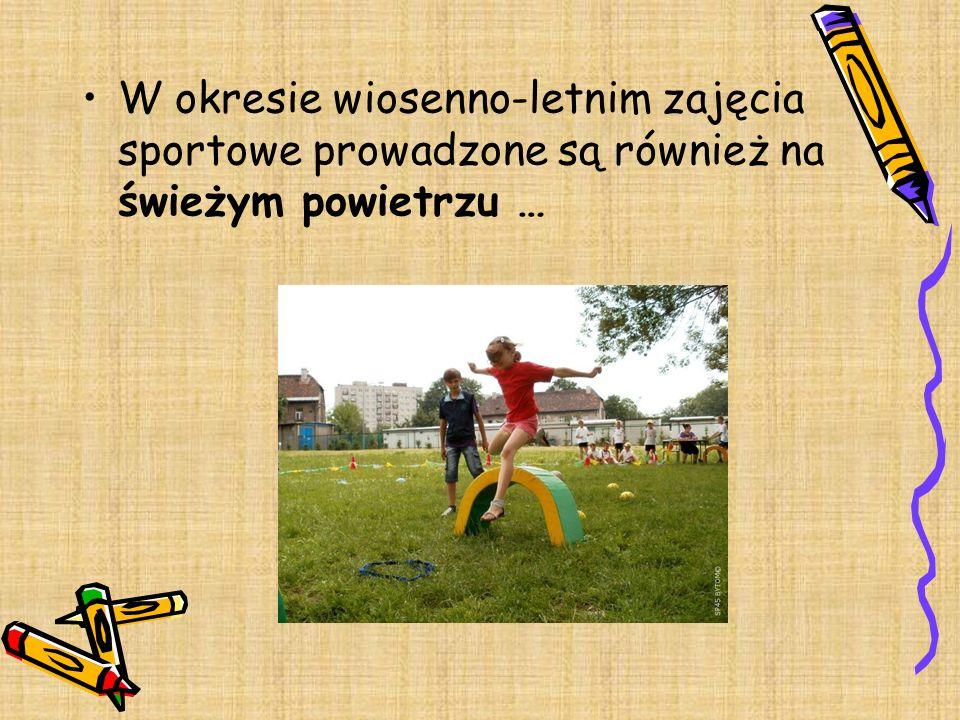 W okresie wiosenno-letnim zajęcia sportowe prowadzone są również na świeżym powietrzu …