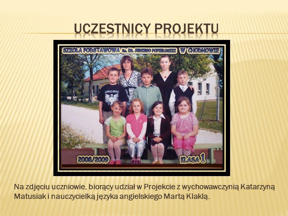 Na zdjęciu uczniowie, biorący udział w Projekcie z wychowawczynią Katarzyną Matusiak i nauczycielką języka angielskiego Martą Klaklą.