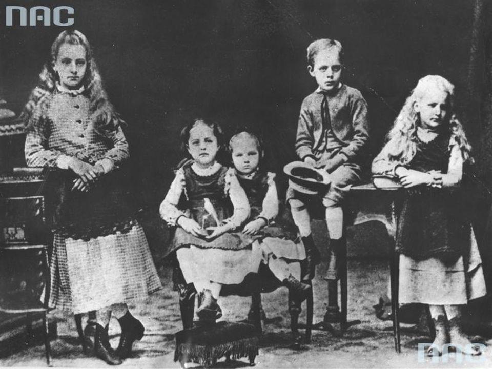 Maria Skłodowska pochodziła piątki rodzeństwa z rodziny silnie związanej z oświatą, ojciec pracował jako nauczyciel, a matka była dyrektorka prestiżow