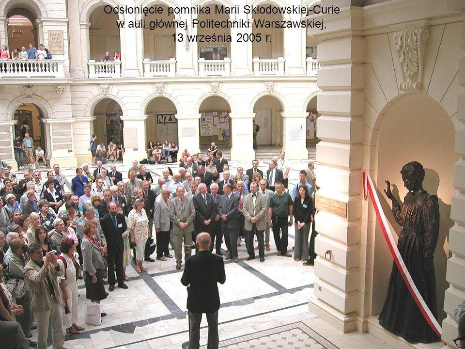 Odsłonięcie pomnika Marii Skłodowskiej-Curie w auli głównej Politechniki Warszawskiej, 13 września 2005 r.