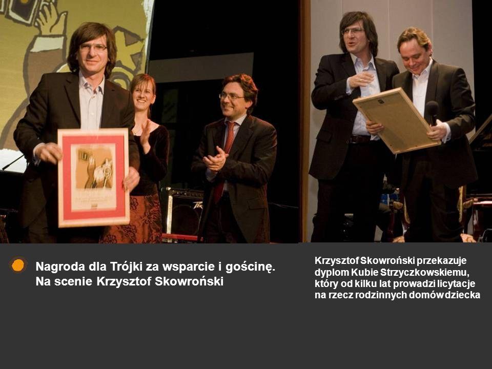 Nagroda dla Trójki za wsparcie i gościnę. Na scenie Krzysztof Skowroński Krzysztof Skowroński przekazuje dyplom Kubie Strzyczkowskiemu, który od kilku