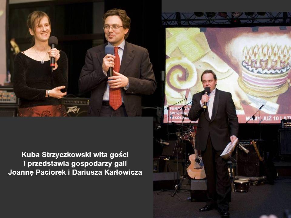 Kuba Strzyczkowski wita gości i przedstawia gospodarzy gali Joannę Paciorek i Dariusza Karłowicza