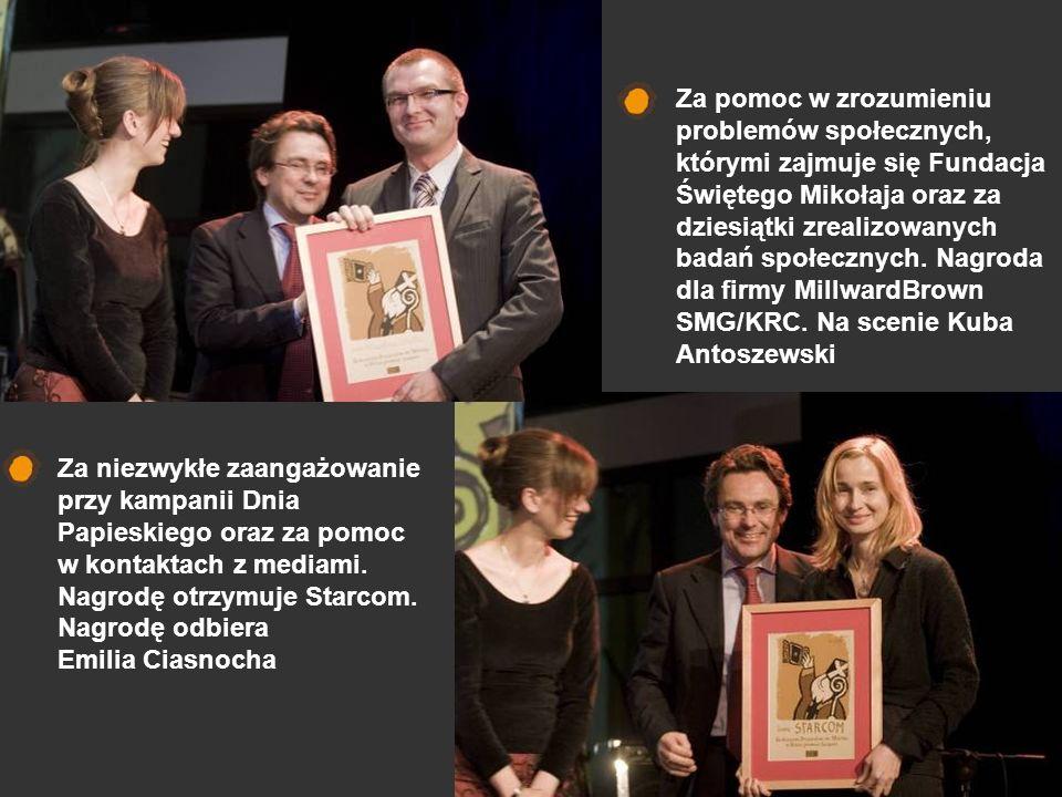 Pani Joanna Pierścińska- Surowiec odbiera nagrodę dla firmy Dorfin.