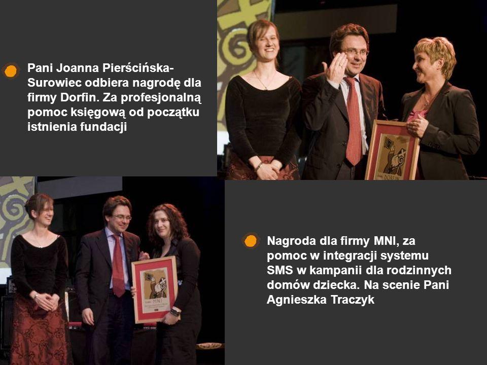 Pani Joanna Pierścińska- Surowiec odbiera nagrodę dla firmy Dorfin. Za profesjonalną pomoc księgową od początku istnienia fundacji Nagroda dla firmy M