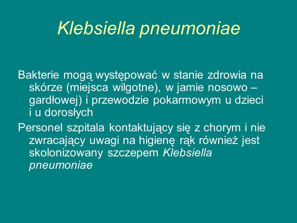Klebsiella pneumoniae Bakterie mogą występować w stanie zdrowia na skórze (miejsca wilgotne), w jamie nosowo – gardłowej) i przewodzie pokarmowym u dzieci i u dorosłych Personel szpitala kontaktujący się z chorym i nie zwracający uwagi na higienę rąk również jest skolonizowany szczepem Klebsiella pneumoniae