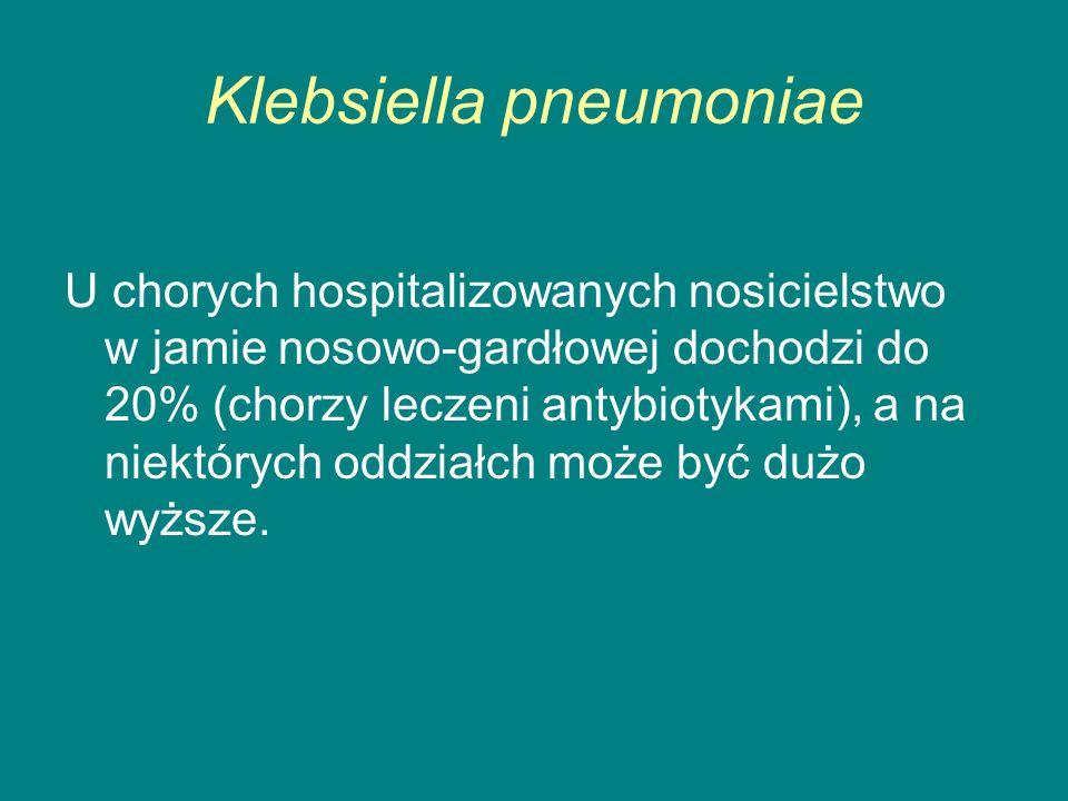 Klebsiella pneumoniae U chorych hospitalizowanych nosicielstwo w jamie nosowo-gardłowej dochodzi do 20% (chorzy leczeni antybiotykami), a na niektórych oddziałch może być dużo wyższe.