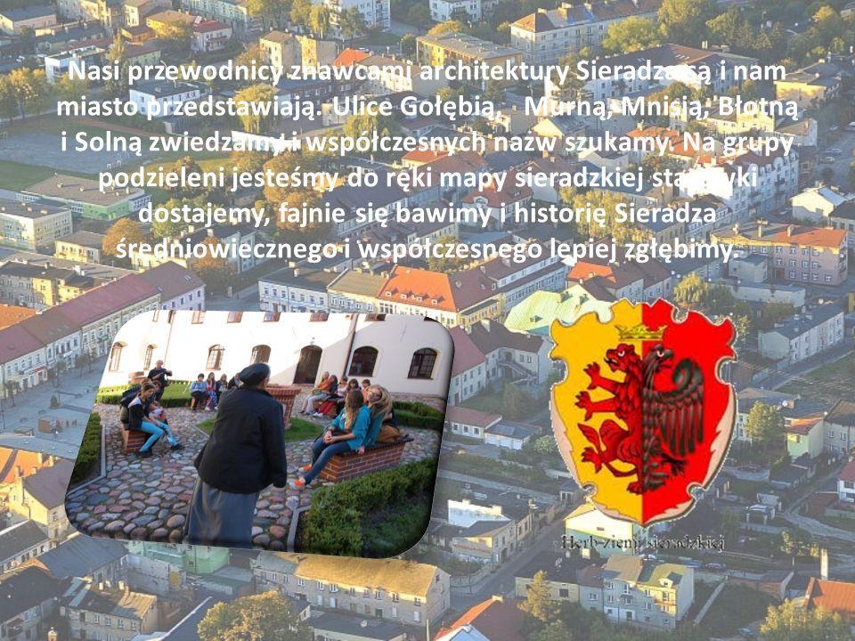 Nasi przewodnicy znawcami architektury Sieradza są i nam miasto przedstawiają. Ulice Gołębią, Murną, Mnisią, Błotną i Solną zwiedzamy i współczesnych