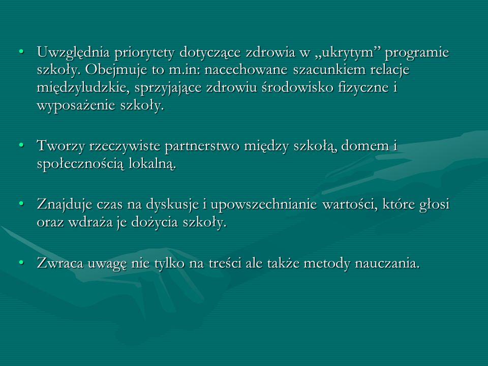 Uwzględnia priorytety dotyczące zdrowia w ukrytym programie szkoły. Obejmuje to m.in: nacechowane szacunkiem relacje międzyludzkie, sprzyjające zdrowi